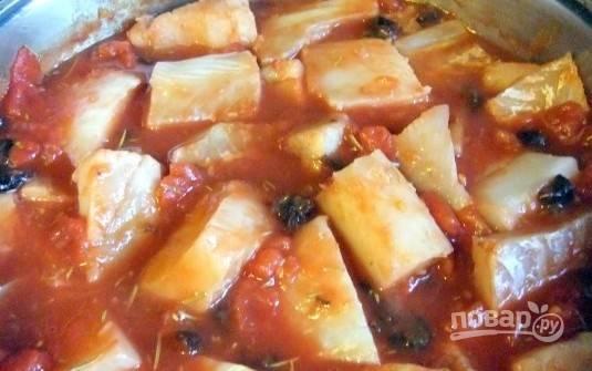 Затем перекладываем филе трески в соус, накрываем крышкой, делаем минимальный огонь и готовим треску минут 15-20.