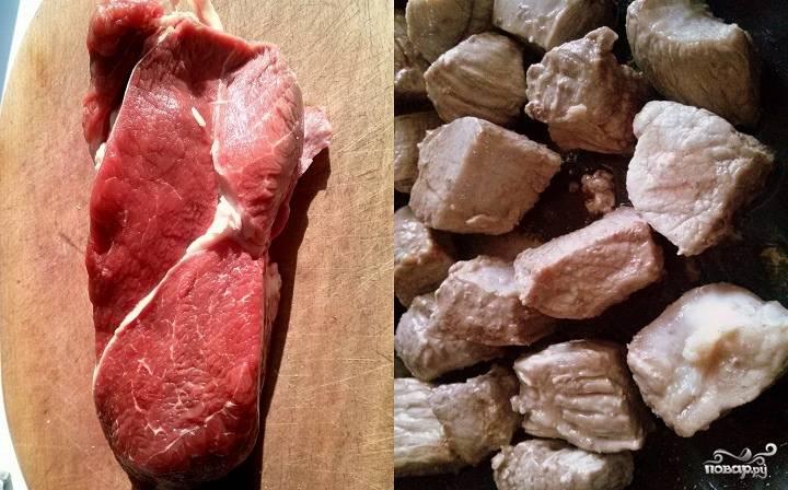 Промойте и обсушите  мясо, нарежьте его одинаковыми кусочками и обжарьте на разогретом смальце. Выложите мясо в жаропрочную форму.