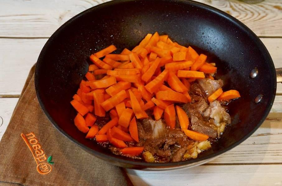 6. Добавьте в казан морковь, зиру, обжарьте немного. Залейте водой и тушите 8-10 часов.