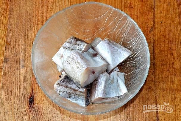 Рыбку промойте, обсушите и нарежьте порционными кусочками.