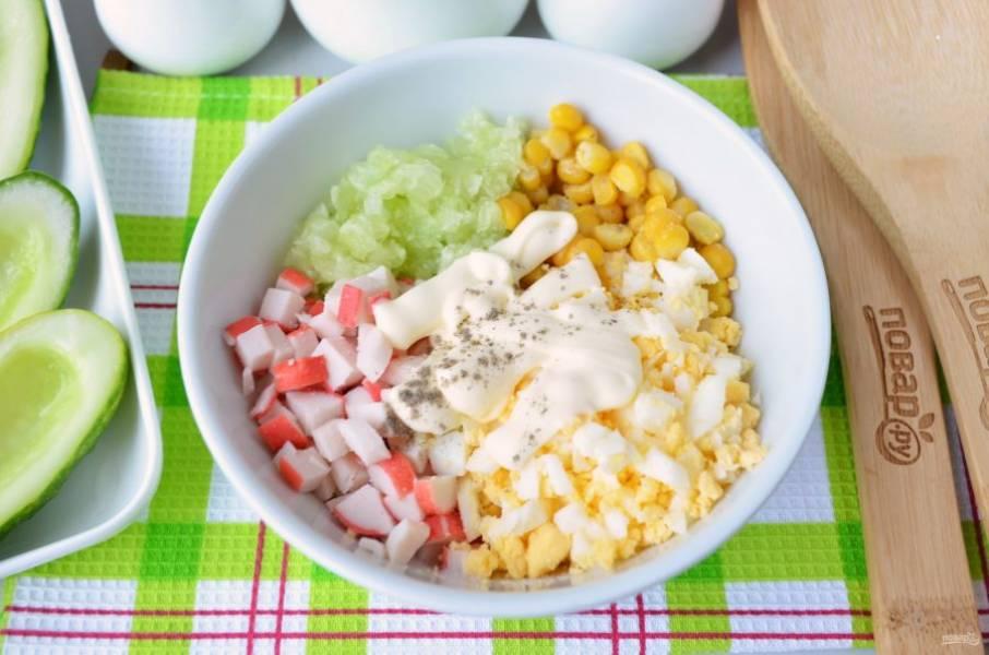 Добавьте щепотку соли и перца, майонез. Перемешайте салат.