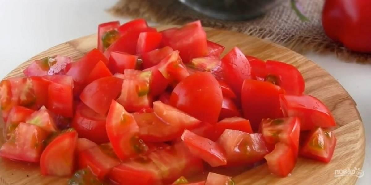 2.  Переложите баклажаны в миску и смешайте с яблочным уксусом и измельченным чесноком. Оставьте на 10 минут. Помидоры нарежьте небольшими кусочками.