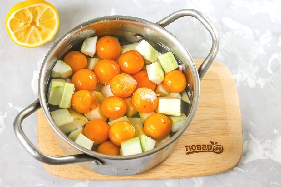 Влейте воду и поместите емкость на плиту. С момента закипания жидкости в ней отварите компот 20 минут до мягкости кабачковой нарезки. Ошпарьте банку и крышку кипятком.