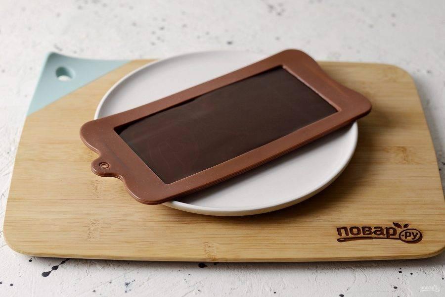 Влейте получившуюся смесь в силиконовую форму для шоколада.
