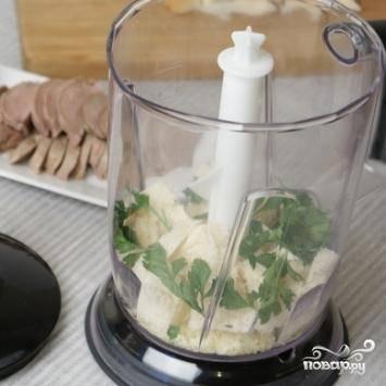 Сотейник ставим в водяную баню и, помешивая, варим еще 20 минут. В самом конце посыпаем сыром и отключаем. В блендере измельчаем хлебные крошки, одну столовую ложку сыра и петрушку до состояния крошек.