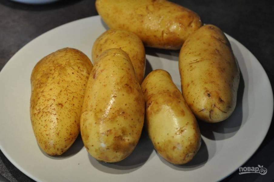 Картофель промойте под проточной водой несколько раз и хорошенько почистите щеткой, чтобы не осталось земли и песка. Обсушите корнеплоды бумажными полотенцами.