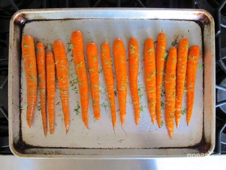 2. Выложите её на противень. Смажьте оливковым маслом, посыпьте солью и перцем. Отправьте подготовленную морковь в разогретую до 200 градусов духовку на 20 минут, затем посыпьте измельченным укропом.