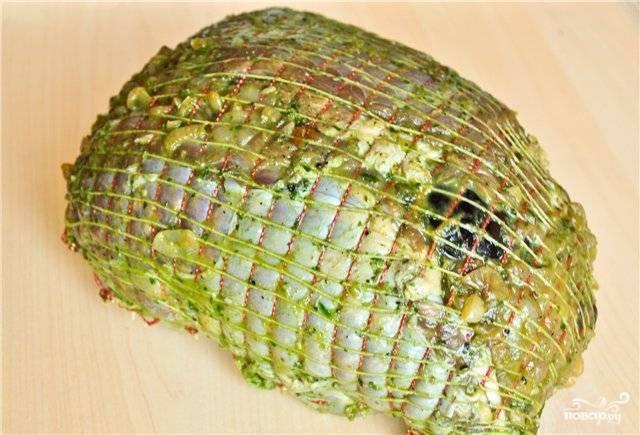 Заверните плотно мясо, свяжите ниткой - лучше даже сеточкой. Обмажьте и сверху зеленью с чесноком.