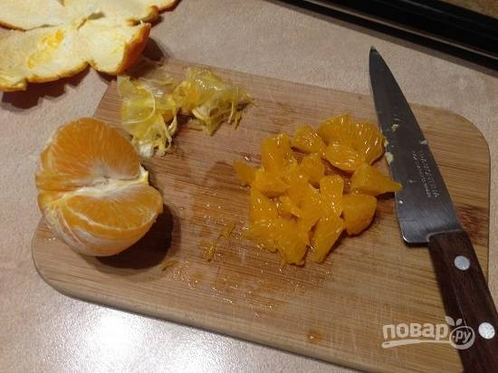 10. Очистим мандарины (или любые другие фрукты) от кожуры и перепонок и нарежем мякоть кусочками.