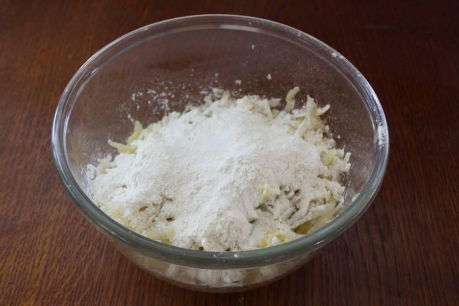 К натертому картофелю добавляем соль, просеянную муку. Замешиваем тесто руками.