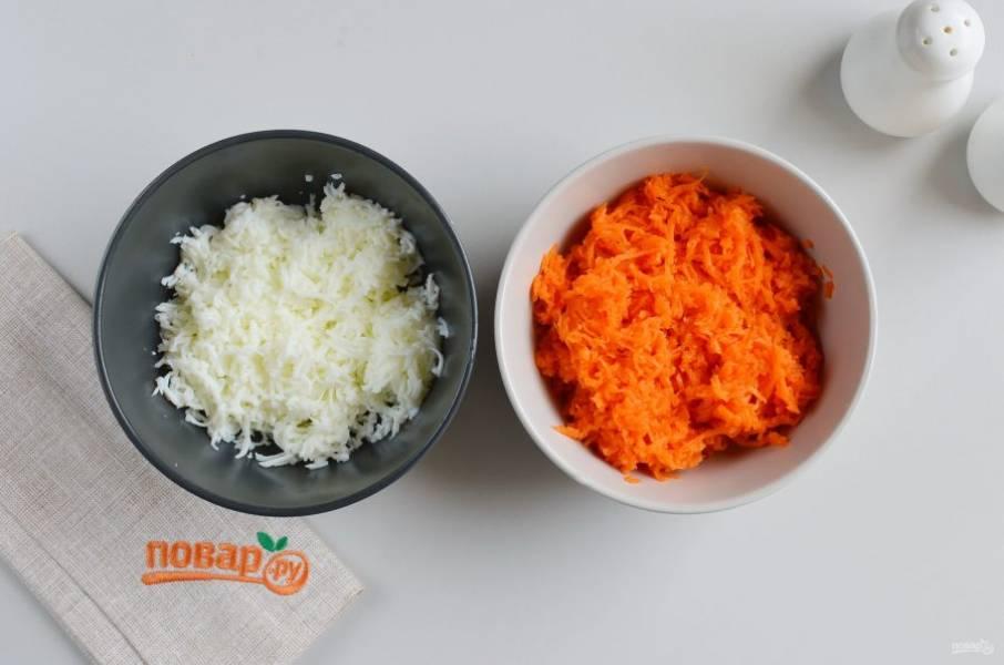 Отделите желтки от белков. Желтки пойдут в салат, а белки для украшения салата, натрите их на мелкой терке. Морковь также натрите на мелкой терке, отложите пока в сторону.