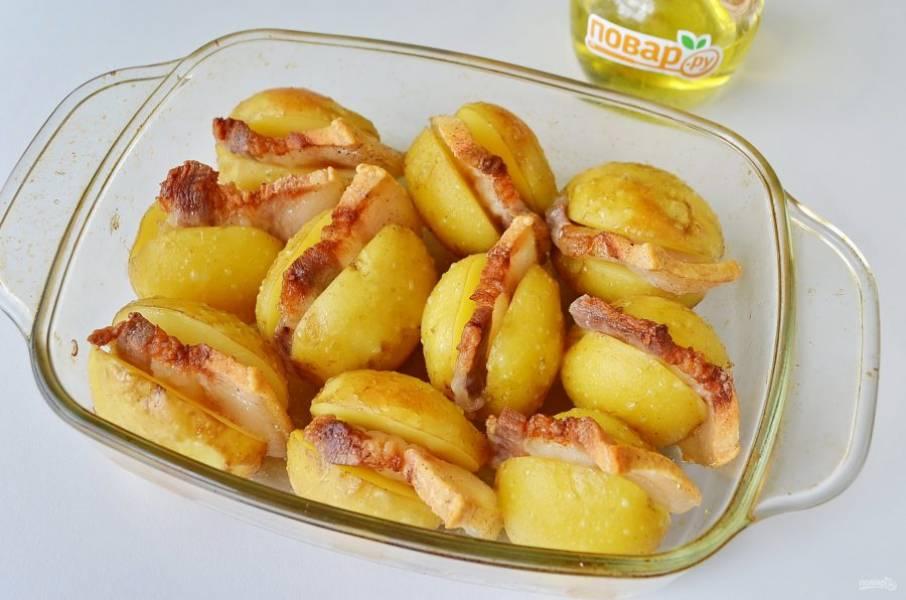 5. Откройте фольгу, верните картошку в духовку еще на 15-20 минут до зарумянивания.