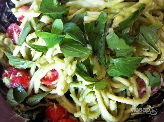 5. Нарежьте крупно базилик, а помидоры разделите на половинки. Добавьте их к основным ингредиентам.