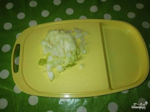 4. Нарежьте мелкими кубиками очищенный лук, измельчите чеснок.