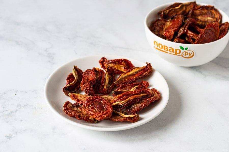 Готовые вяленые томаты не должны выделять жидкость при нажатии, но оставаться достаточно мягкими. После этого можно ножницами отрезать плодоножки у помидоров.