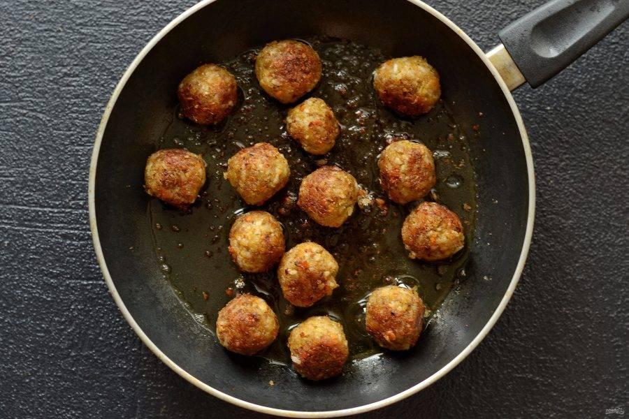 Разогрейте сковороду на среднем огне. Обжаривайте фрикадельки в течение 10-12 минут до румяной корочки. Периодически встряхивайте сковороду, чтобы фрикадельки обжаривались равномерно.