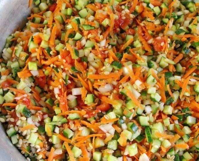 После этого добавьте огурцы, лук, морковь, перловку. Всё хорошо перемешайте. Проварите в течение 20 минут.
