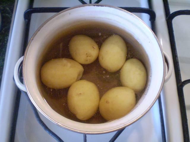 2. В соленой воде отвариваем картофель до готовности.