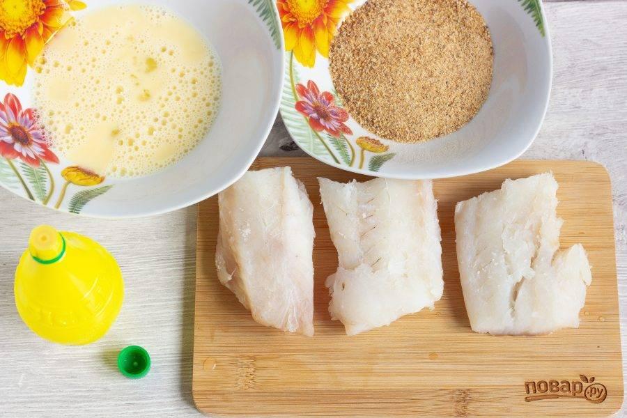 Филе трески помойте, нарежьте на порционные кусочки. Посолите по вкусу и сбрызните лимонным соком. Яйцо взбейте вилкой, подготовьте панировочные сухари.