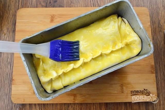 Сверху прикройте тестом, тщательно защипните края, верх смажьте смесью желтка и 1 ст. л. воды. Поставьте запекаться в разогретую до 200 °С духовку на 1 час.