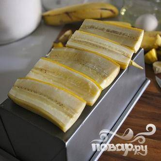 1. Разогреть духовку до 160 градусов со стойкой в центре духовки. Смазать маслом форму для хлеба. Обрезать бананы с обеих концов так, чтобы средняя часть по размеру соответствовала дну формы. Разрезать бананы пополам вдоль и очистить от кожуры. Выложить на тарелку. Обрезки бананов очистить и отложить в сторону.