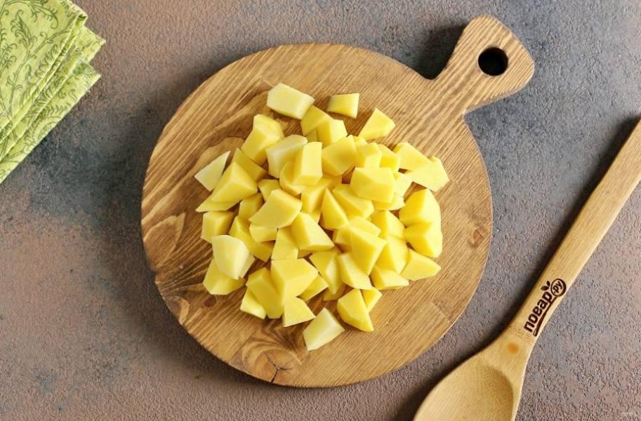Тем временем нарежьте небольшими кубиками картофель.