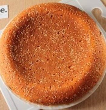 5. После выключения программы, дайте пирогу постоять еще около 20 минут в контейнере-пароварке. Подавать пирог можно горячим и холодным.