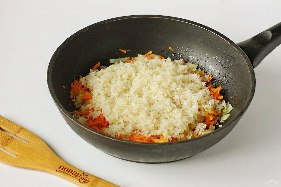 Добавьте промытый рис.