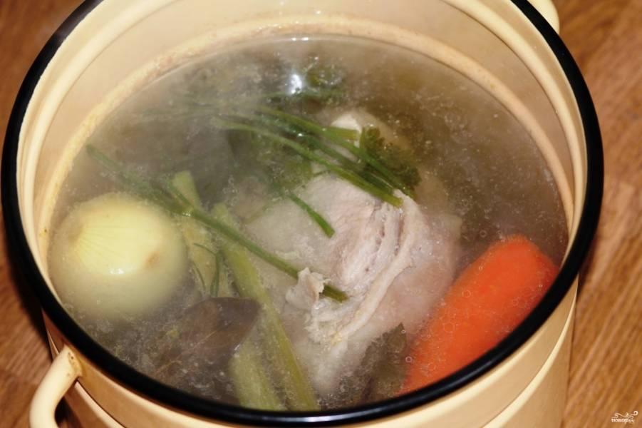 1. Свинину закладываем в кастрюлю, добавим одну луковицу, одну морковку, один корень сельдерея, полголовки чеснока и половину пучка зелени. Доводим до кипения, снимаем пену и закладываем картофель. Использованные овощи из бульона  можно выбросить.