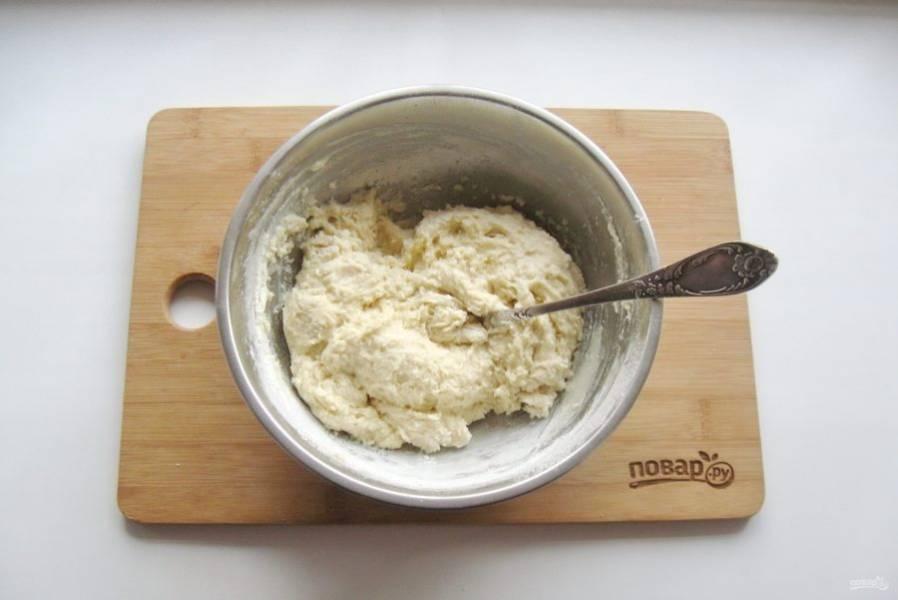 Перемешайте тесто в миске.