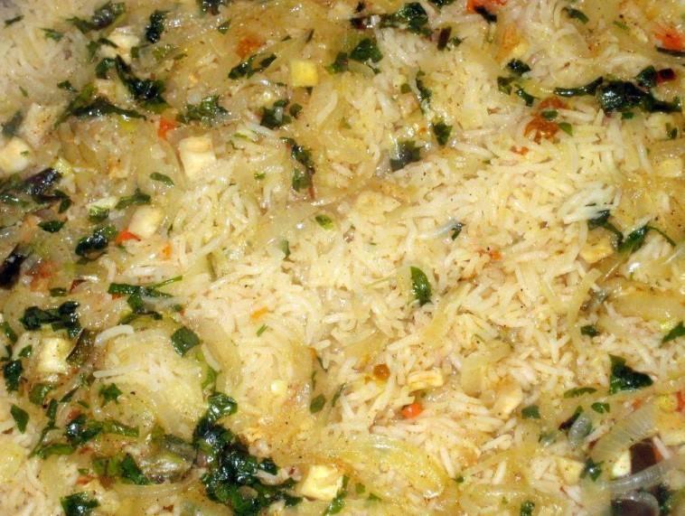 Отварную говядину нарезаем небольшими кусочками и добавляем в рис, перемешиваем и блюдо можно подавать к столу. Приятного аппетита!