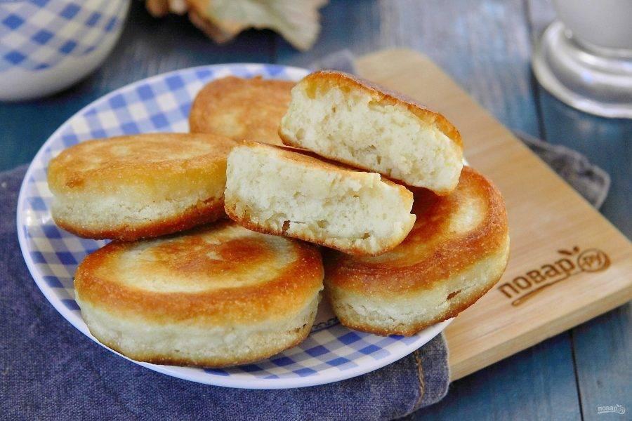 Готовые пышные оладьи на кефире с манкой подавайте к столу со сметаной, медом или вареньем. Приятного аппетита!