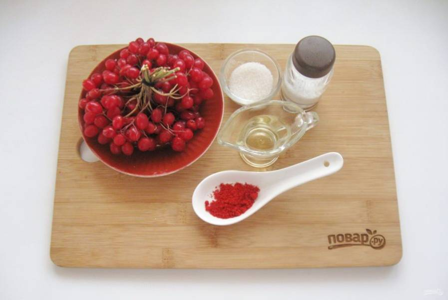 Подготовьте ингредиенты для приготовления соуса из калины.