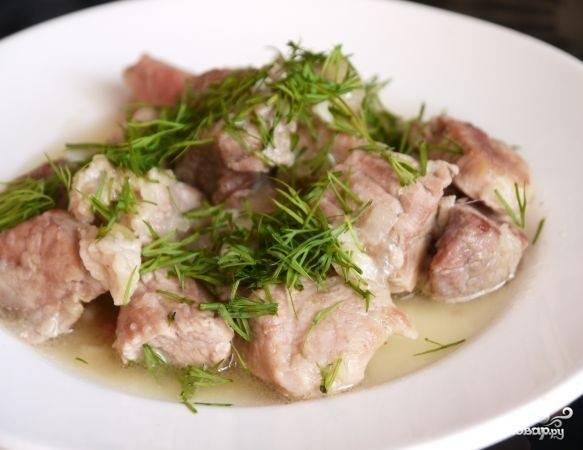 Измельчите чеснок, добавьте его в кастрюлю вместе с солью и перцем. Готовьте ещё 10 минут, а затем подавайте блюдо к столу. Можете украсить укропом.