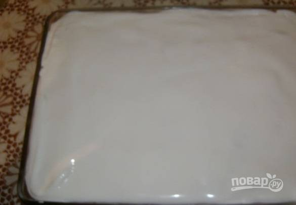 8. Отложенные белки (в тесто и творог мы использовали только желтки!) взбейте со стаканом сахара до пышности. Выложите белки ровным слоем и отправьте форму обратно в духовку еще на 10 минут.
