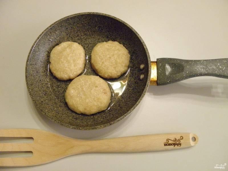 Разогрейте рафинированное масло в сковороде. Набирайте по столовой ложке фарша и мокрыми руками скатывайте шарик, приплюскивайте, придавая форму котлеты.