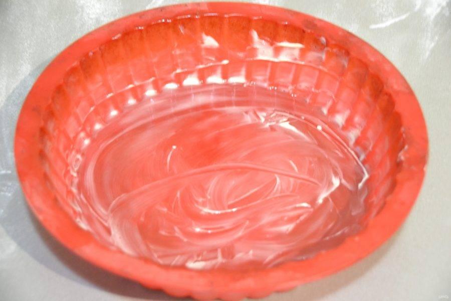 Подготовьте форму, это может быть силиконовая или разъемная форма, смажьте  сливочным маслом. Диаметр формы 18-20 см.