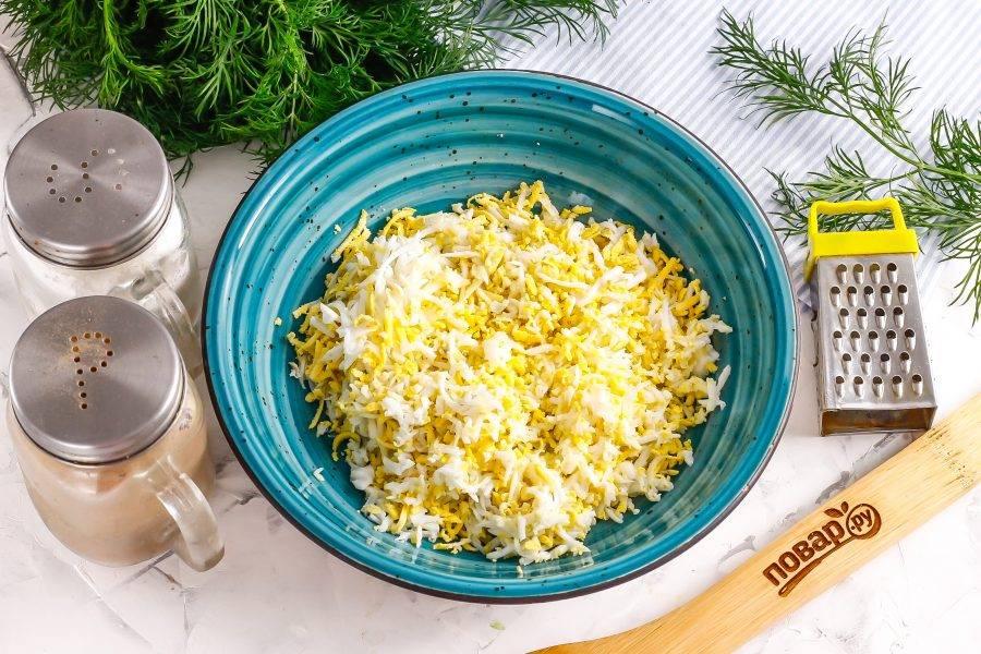 Яйца очистите, промойте и натрите на терке с мелкими или крупными ячейками в глубокую емкость. Вместо куриных можно использовать перепелиные или утиные яйца.