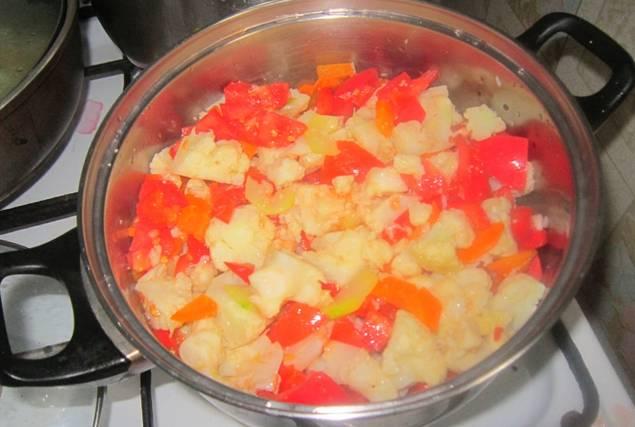 Теперь добавьте порезанные помидоры и измельченный чеснок.