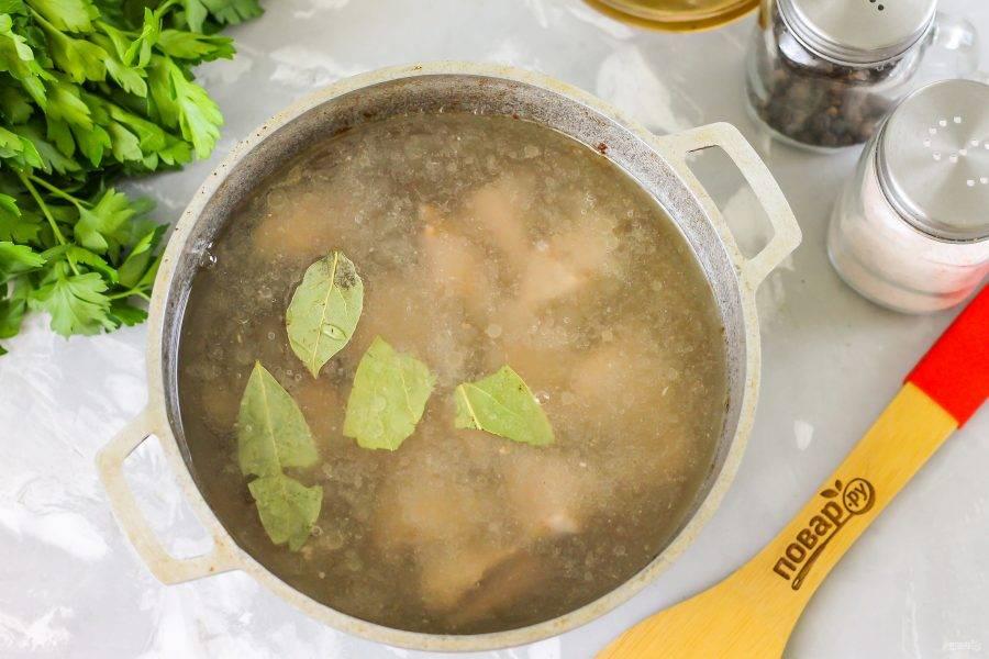 Влейте 600 мл. кипятка и выложите лавровые листья. Отварите на умеренном нагреве примерно 40-60 минут.