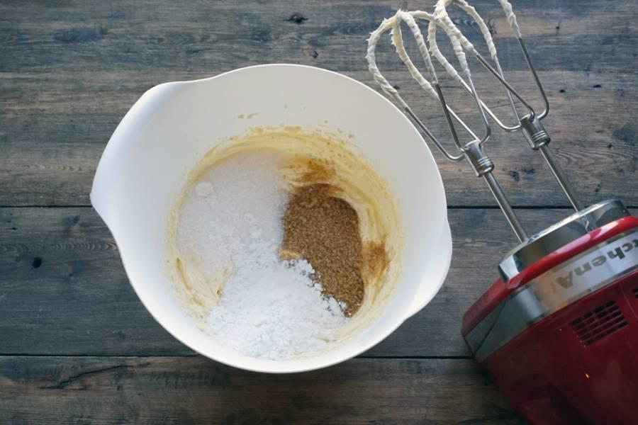 Теперь добавляем к маслу три вида сахара и мускатный орех. Взбиваем еще пару минут. Важно, чтобы всё как следует перемешалось.