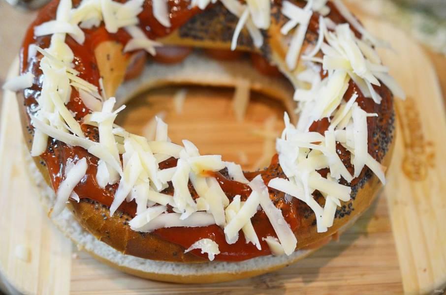 Посыпьте тертым сыром. Запекайте в разогретой до 190 градусов духовке около 10 минут. Следите, чтобы сыр расплавился.