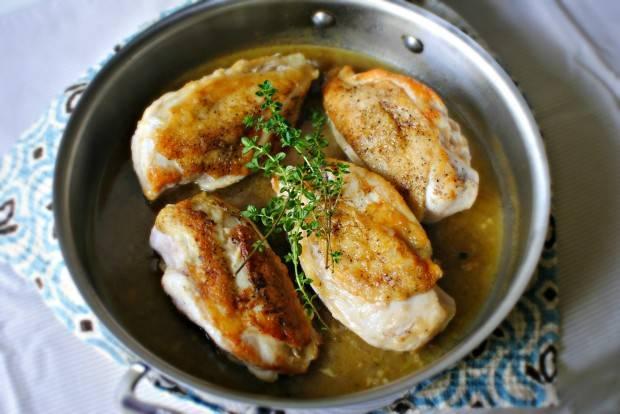 В готовый соус возвращаем курицу. Готовим еще пару минут на небольшом огне. Выключаем печку, накрываем крышкой и даем настояться ей около 5 минут.