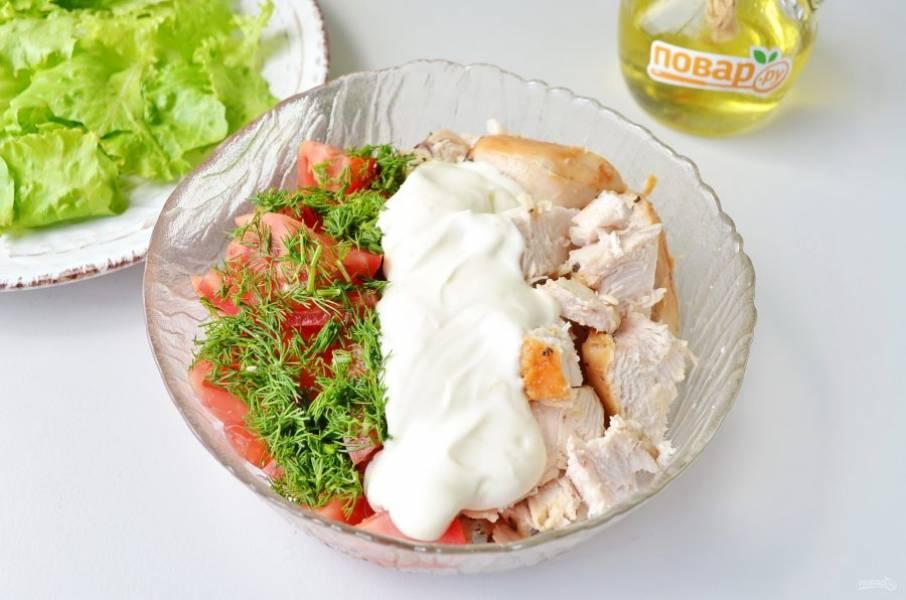 6. На тарелочки распределите листочки салата. А в салатнике соедините помидоры, порезанное куриное филе, укроп и заправку. Перемешайте.