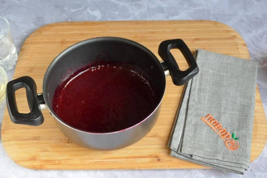 3. Погружным блендером превратите вишневую массу в пюре.