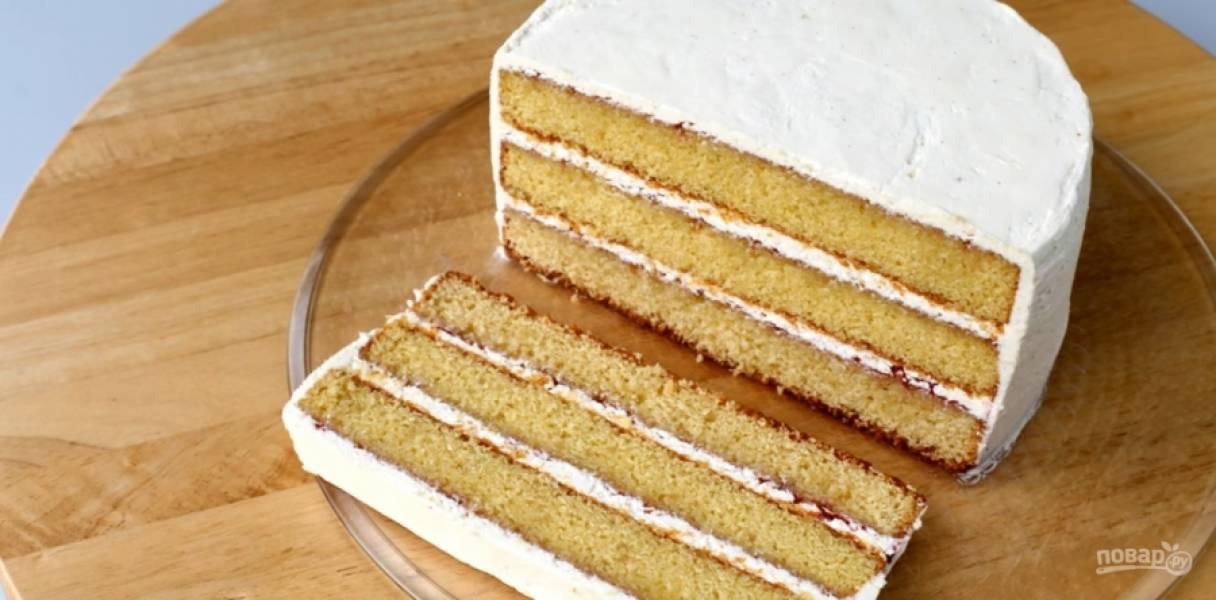9.Поставьте торт в холодильник для того, чтобы он остыл. После этого его можно покрывать мастикой и цветами.