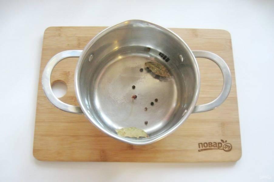 В кастрюлю налейте 600-700 мл. воды. Добавьте соль, сахар, лавровый лист, черный перец горошком. Доведите маринад до кипения, проварите несколько минут и влейте уксус.