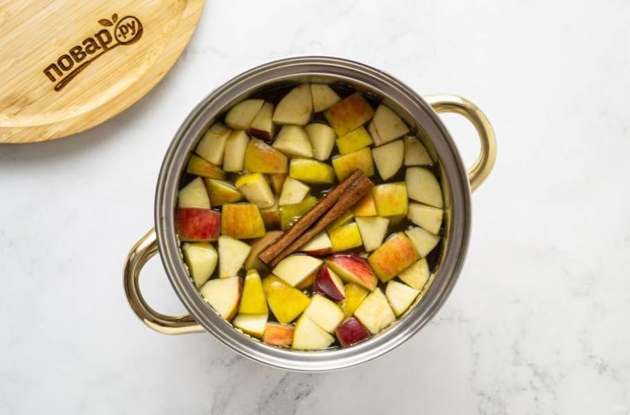 Добавьте палочку корицы и яблоки в кастрюлю. Варите еще 10-15 минут.  Затем остудите компот и процедите через сито.