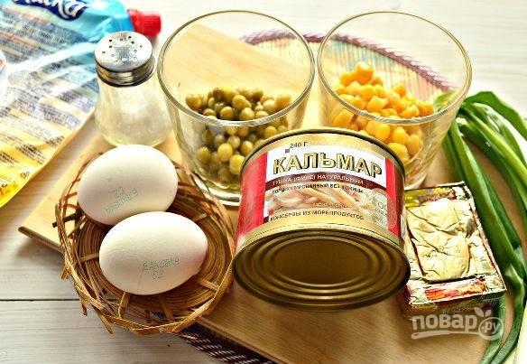 1. Набор ингредиентов прост, как и сам процесс. Первым делом нужно отварить вкрутую и остудить яйца.