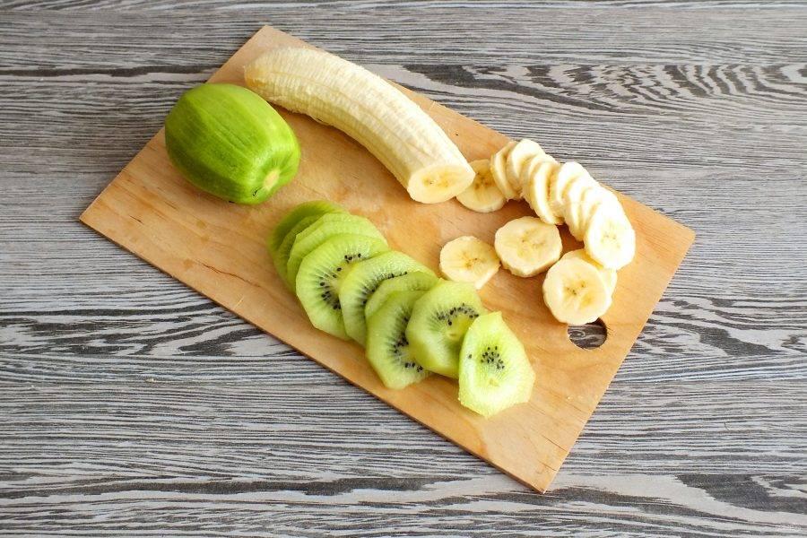 Очистите от кожуры киви и банан. Нарежьте фрукты тонкими кружочками.